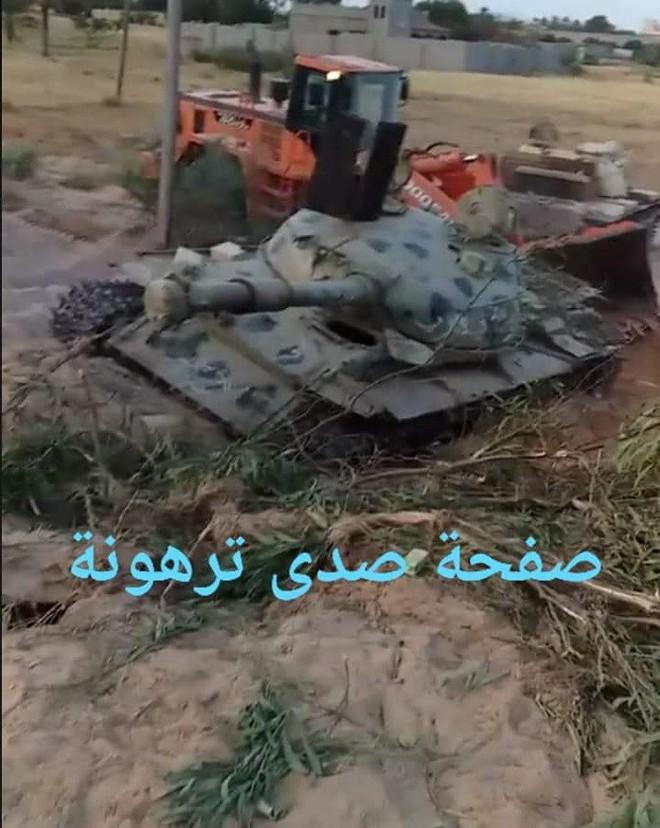 Xe T-55 bị phá hủy đáng kinh ngạc ở Libya, nòng pháo xé tan thành mảnh - Ảnh 1.