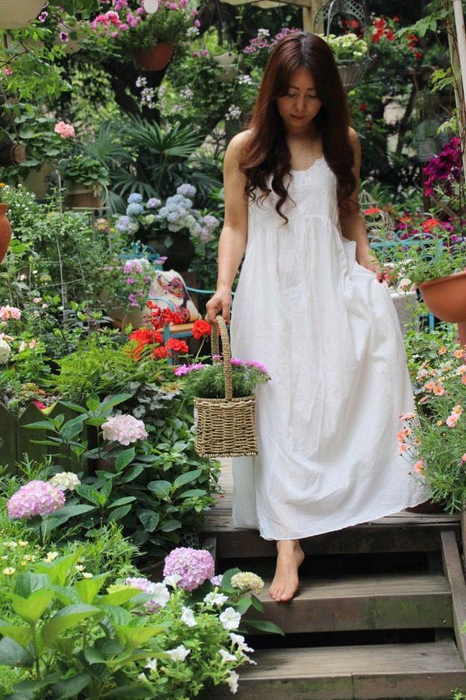 Khu vườn rực rỡ như xứ sở thần tiên của cô gái xinh đẹp với đủ loại hoa khoe sắc - Ảnh 3.