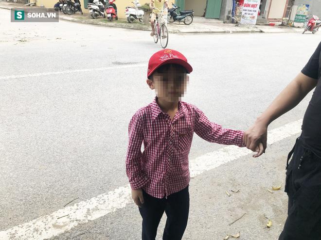 Bé trai 6 tuổi kể lại giây phút vấp ngã thoát khỏi đàn chó dữ mới cắn chết người - Ảnh 2.