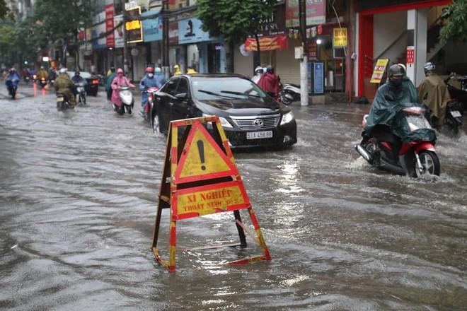 Mưa giông đầu giờ sáng gây ngập một số tuyến phố Hà Nội  - Ảnh 2.