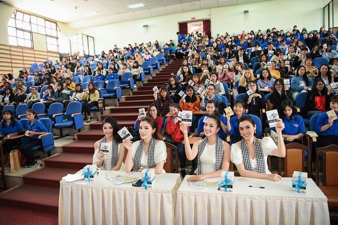 """Á hậu Thùy Dung: """"Trao tặng sách là đầu tư vào tri thức, tương lai"""" - Ảnh 1."""