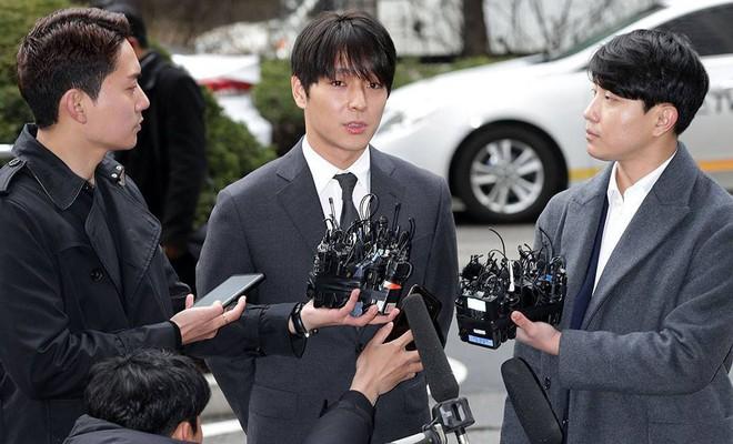 Tin nóng dồn dập: Choi Jong Hoon cuối cùng đã nhận tội, hôn thê tài phiệt cũ của Yoochun bị bắt và trói tay giải về đồn - Ảnh 2.
