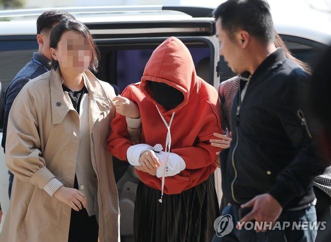 Tin nóng dồn dập: Choi Jong Hoon cuối cùng đã nhận tội, hôn thê tài phiệt cũ của Yoochun bị bắt và trói tay giải về đồn - Ảnh 3.
