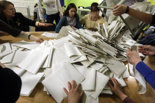 Tuồng hay, kịch dở ở Ukraine: Cuộc bầu cử thú vị nhưng không trả lời được về tương lai đất nước - Ảnh 1.