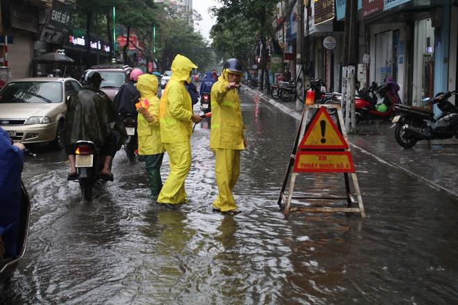 Mưa giông đầu giờ sáng gây ngập một số tuyến phố Hà Nội  - Ảnh 4.