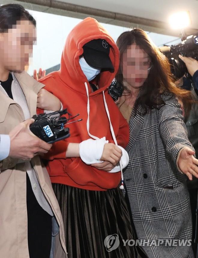 Tin nóng dồn dập: Choi Jong Hoon cuối cùng đã nhận tội, hôn thê tài phiệt cũ của Yoochun bị bắt và trói tay giải về đồn - Ảnh 5.