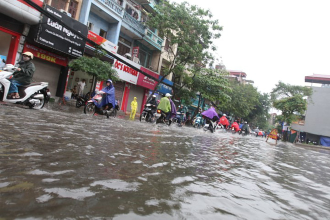 Mưa giông đầu giờ sáng gây ngập một số tuyến phố Hà Nội  - Ảnh 6.
