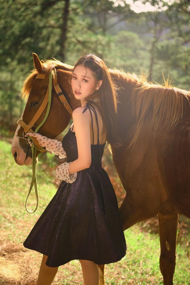 Nữ ca sĩ sinh năm 2000 gây ấn tượng với MV mới - Ảnh 1.