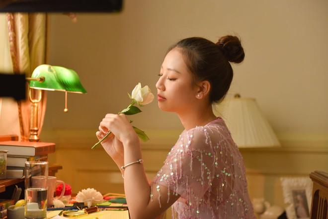 Nữ ca sĩ sinh năm 2000 gây ấn tượng với MV mới - Ảnh 9.