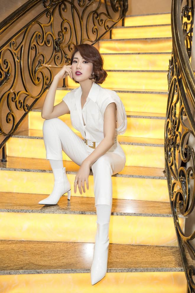 Thúy Ngân xinh đẹp, cá tính trong ngày ra mắt bộ phim gây tranh cãi về trang phục - Ảnh 6.
