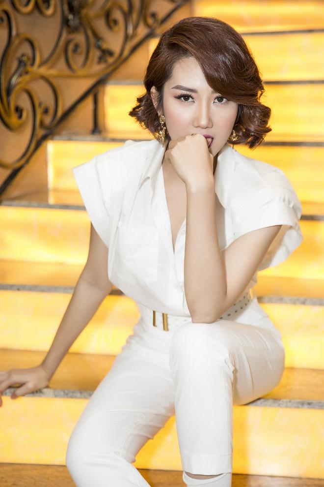 Thúy Ngân xinh đẹp, cá tính trong ngày ra mắt bộ phim gây tranh cãi về trang phục - Ảnh 5.