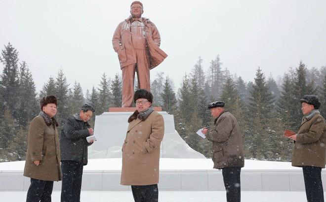 Ông Kim Jong Un thường chỉ đến 1 địa điểm đặc biệt trước hoặc sau sự kiện quan trọng: Ý nghĩa đằng sau là gì?
