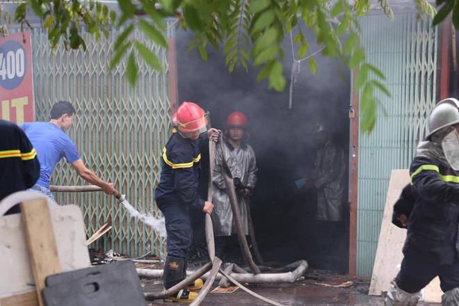Hà Nội: Cảnh sát hút nước hồ Tây dập tắt đám cháy cửa hàng thịt chó - Ảnh 3.