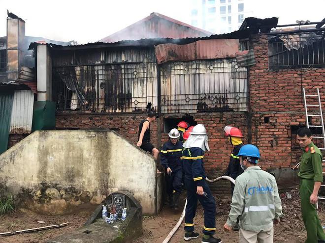 Hà Nội: Cảnh sát hút nước hồ Tây dập tắt đám cháy cửa hàng thịt chó - Ảnh 4.