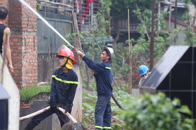 Hà Nội: Cảnh sát hút nước hồ Tây dập tắt đám cháy cửa hàng thịt chó - Ảnh 5.