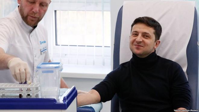 Ông Poroshenko đồng ý xét nghiệm ma túy trước trận đấu vô tiền khoáng hậu với danh hài - Ảnh 1.