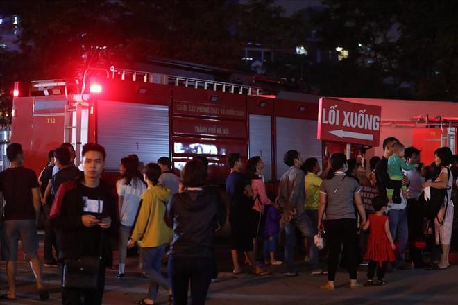 Cháy ở Bệnh viện Nhi Trung Ương Hà Nội, bệnh nhân hoảng loạn tháo chạy - Ảnh 9.