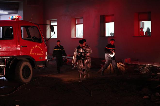 Cháy ở Bệnh viện Nhi Trung Ương Hà Nội, bệnh nhân hoảng loạn tháo chạy - Ảnh 10.