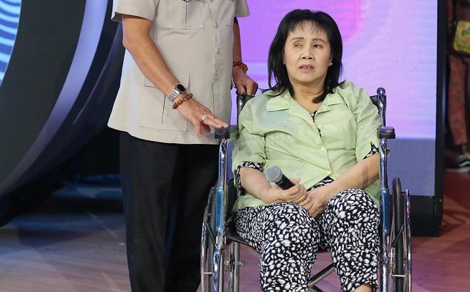 """Nghệ sĩ Hoàng Lan ngồi xe lăn lên truyền hình: """"Mười mấy năm rồi tôi mới được lên sân khấu"""""""
