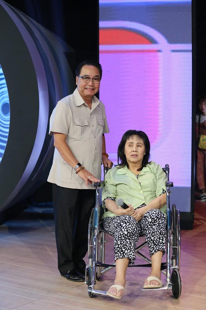 Nghệ sĩ Hoàng Lan ngồi xe lăn lên truyền hình: Mười mấy năm rồi tôi mới được lên sân khấu - Ảnh 4.