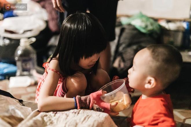 Bất ngờ nổi tiếng sau 1 đêm, bé gái 6 tuổi phối đồ chất ở Hà Nội trở về những ngày lang thang bán hàng rong cùng mẹ - Ảnh 12.