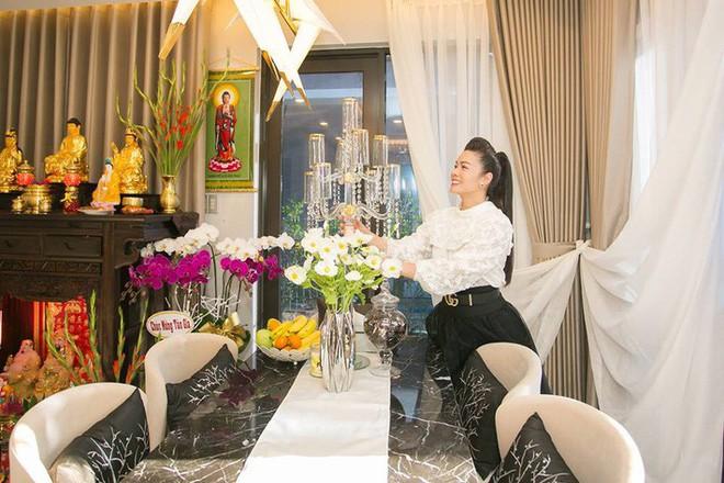 Ngắm biệt thự triệu đô bình yên với khu vườn rực rỡ sắc hoa cùng hồ cá Koi của Nhật Kim Anh giữa lòng Sài Gòn - Ảnh 13.