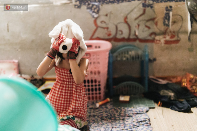 Bất ngờ nổi tiếng sau 1 đêm, bé gái 6 tuổi phối đồ chất ở Hà Nội trở về những ngày lang thang bán hàng rong cùng mẹ - Ảnh 14.