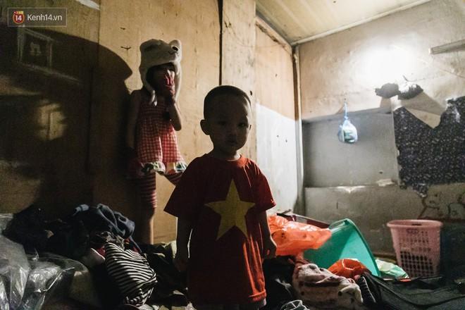 Bất ngờ nổi tiếng sau 1 đêm, bé gái 6 tuổi phối đồ chất ở Hà Nội trở về những ngày lang thang bán hàng rong cùng mẹ - Ảnh 3.