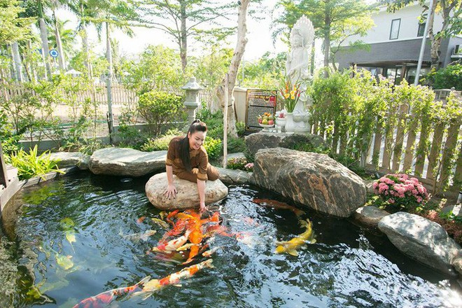 Ngắm biệt thự triệu đô bình yên với khu vườn rực rỡ sắc hoa cùng hồ cá Koi của Nhật Kim Anh giữa lòng Sài Gòn - Ảnh 4.