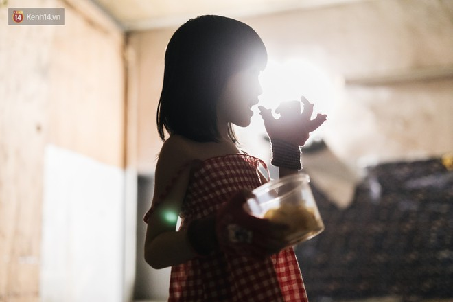 Bất ngờ nổi tiếng sau 1 đêm, bé gái 6 tuổi phối đồ chất ở Hà Nội trở về những ngày lang thang bán hàng rong cùng mẹ - Ảnh 5.