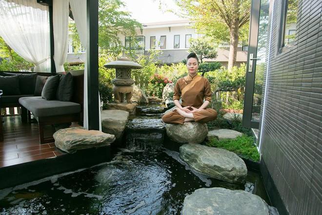 Ngắm biệt thự triệu đô bình yên với khu vườn rực rỡ sắc hoa cùng hồ cá Koi của Nhật Kim Anh giữa lòng Sài Gòn - Ảnh 8.
