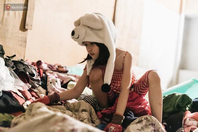 Bất ngờ nổi tiếng sau 1 đêm, bé gái 6 tuổi phối đồ chất ở Hà Nội trở về những ngày lang thang bán hàng rong cùng mẹ - Ảnh 9.
