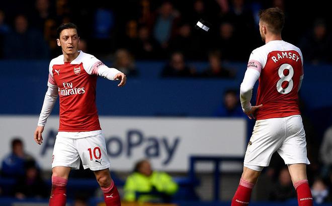 """Thua trận, Arsenal """"kéo phanh"""", tạo cơ hội cho Man United vào top 4"""