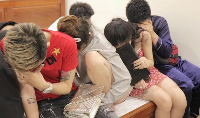 17 thanh niên nam nữ dương tính với ma tuý trong hai phòng nhà nghỉ ở miền Tây - Ảnh 1.