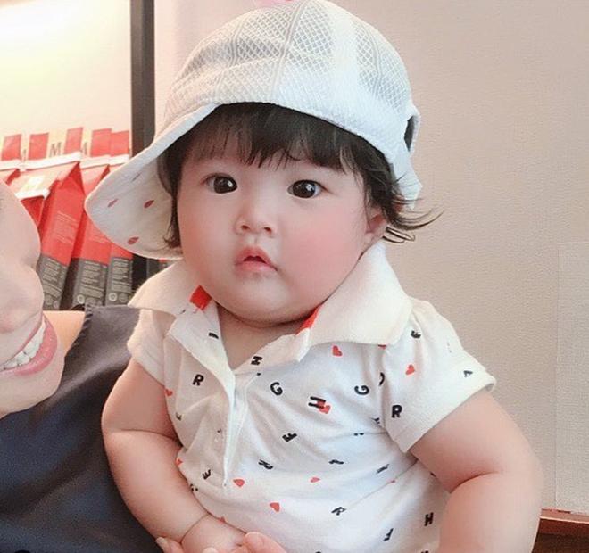 Con gái Diệp Lâm Anh hơn 5 tháng tuổi: Ngày càng bụ bẫm, đáng yêu - Ảnh 1.