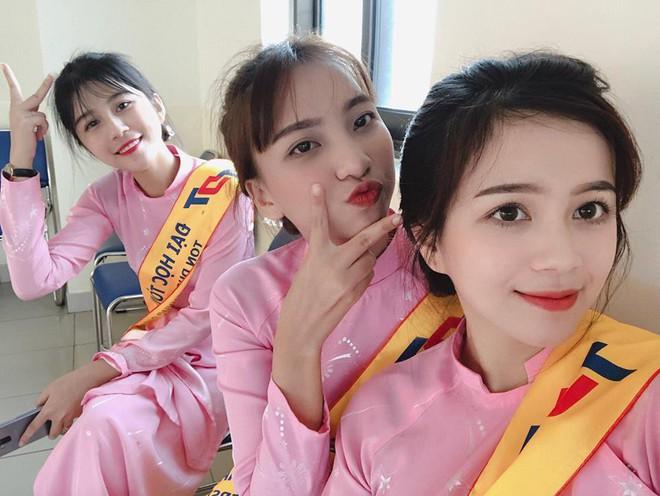 Chọn áo dài hồng làm đồng phục, nữ sinh trường Đại học này đang gây sốt bởi vì quá duyên dáng! - Ảnh 13.