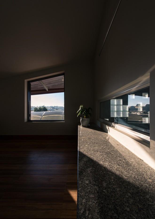 Thiết kế lạ khiến căn hộ này ở trong nhà nhưng cũng có cảm giác như đang ngoài trời - Ảnh 9.