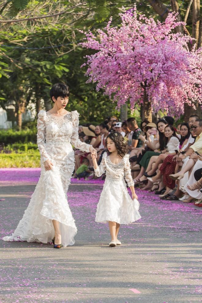 Siêu mẫu Xuân Lan cùng con gái cưng làm vedette  - Ảnh 4.