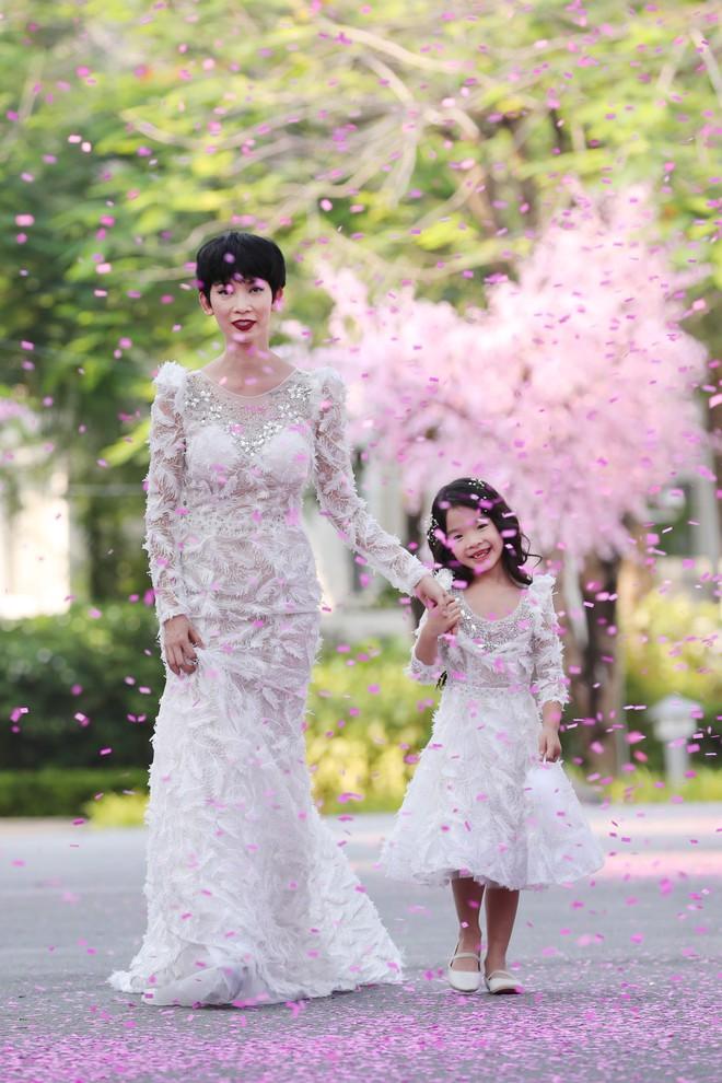 Siêu mẫu Xuân Lan cùng con gái cưng làm vedette  - Ảnh 6.