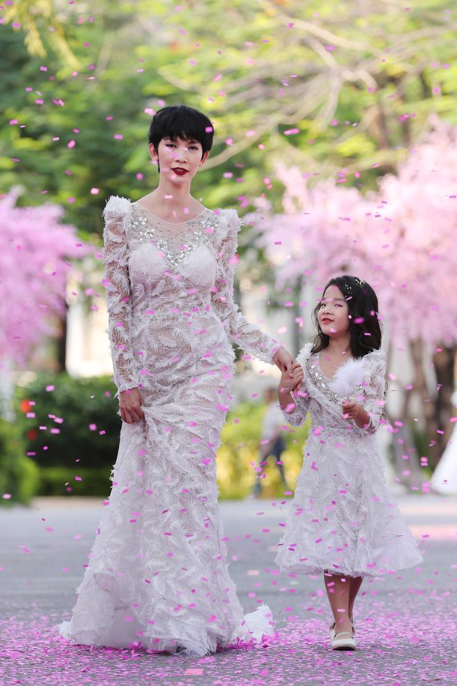 Siêu mẫu Xuân Lan cùng con gái cưng làm vedette  - Ảnh 5.