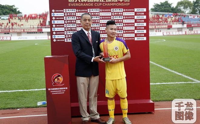 Báo Trung Quốc lo lắng cho nền bóng đá, khen ngợi sao trẻ Việt đá phạt như Quang Hải