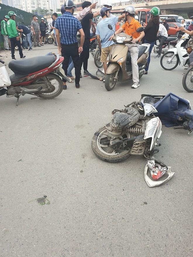 Clip: Nữ tài xế lái Mercedes vượt đèn đỏ, đâm nát nhiều xe máy ở Mai Dịch sáng nay - Ảnh 7.