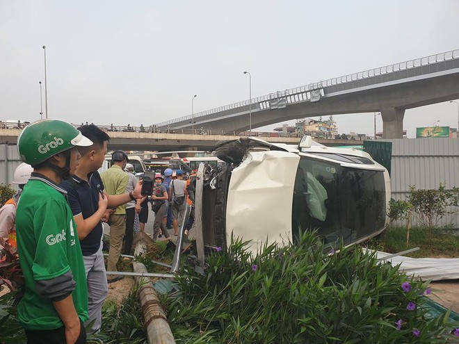 Clip: Nữ tài xế lái Mercedes vượt đèn đỏ, đâm nát nhiều xe máy ở Mai Dịch sáng nay - Ảnh 2.