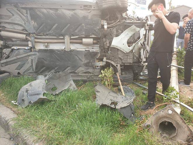 Clip: Nữ tài xế lái Mercedes vượt đèn đỏ, đâm nát nhiều xe máy ở Mai Dịch sáng nay - Ảnh 3.