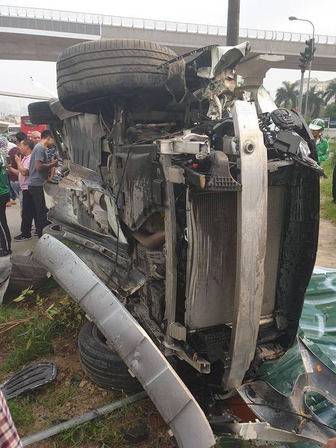 Clip: Nữ tài xế lái Mercedes vượt đèn đỏ, đâm nát nhiều xe máy ở Mai Dịch sáng nay - Ảnh 4.