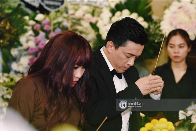 NSƯT Thành Lộc, Phương Thanh và các nghệ sĩ đến viếng diễn viên Anh Vũ trong đêm đầu tang lễ - Ảnh 3.