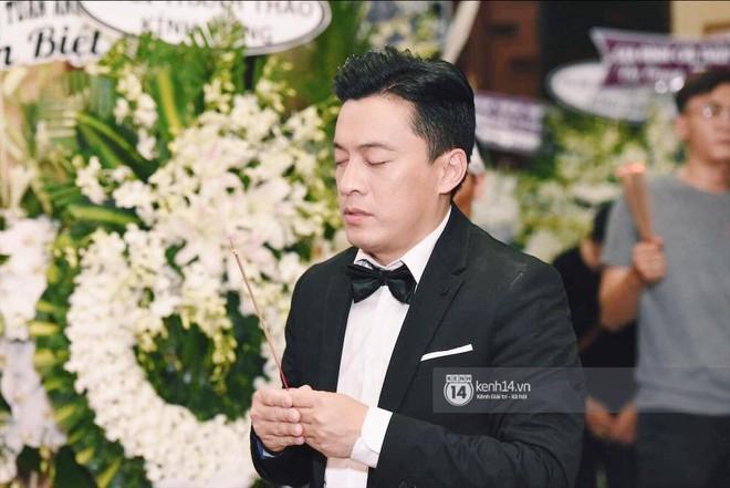 NSƯT Thành Lộc, Phương Thanh và các nghệ sĩ đến viếng diễn viên Anh Vũ trong đêm đầu tang lễ - Ảnh 4.