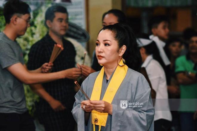 NSƯT Thành Lộc, Phương Thanh và các nghệ sĩ đến viếng diễn viên Anh Vũ trong đêm đầu tang lễ - Ảnh 10.