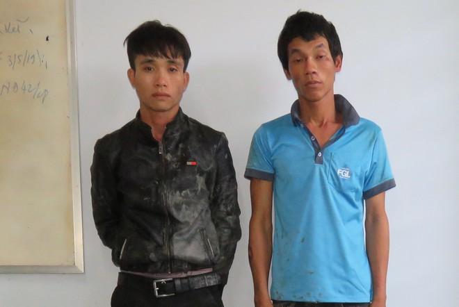 Cảnh sát truy bắt nóng 2 thanh niên táo tợn cầm dao chém người, cướp xe máy trên quốc lộ - Ảnh 1.