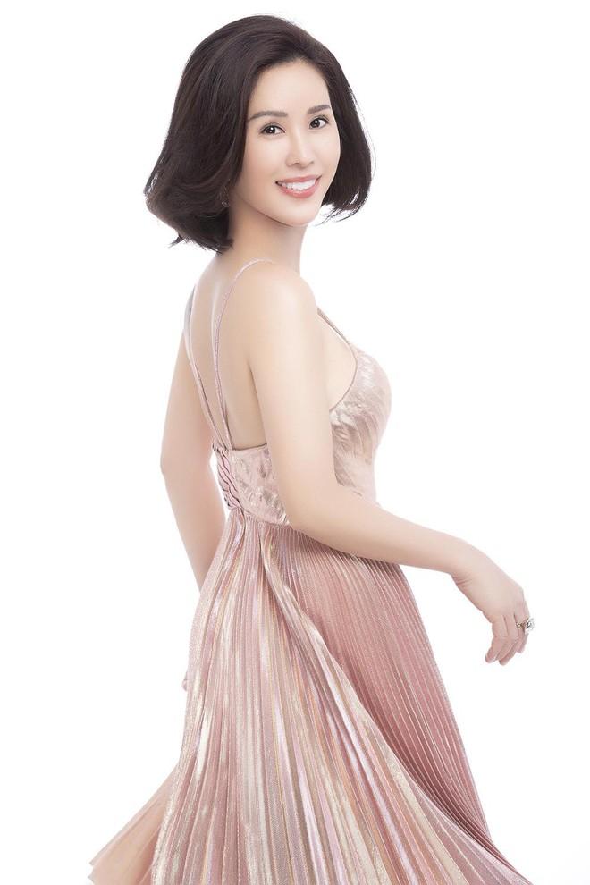 Hoa hậu Thu Hoài khoe mốt tóc ngắn trẻ trung, gu ăn mặc gợi cảm - Ảnh 1.